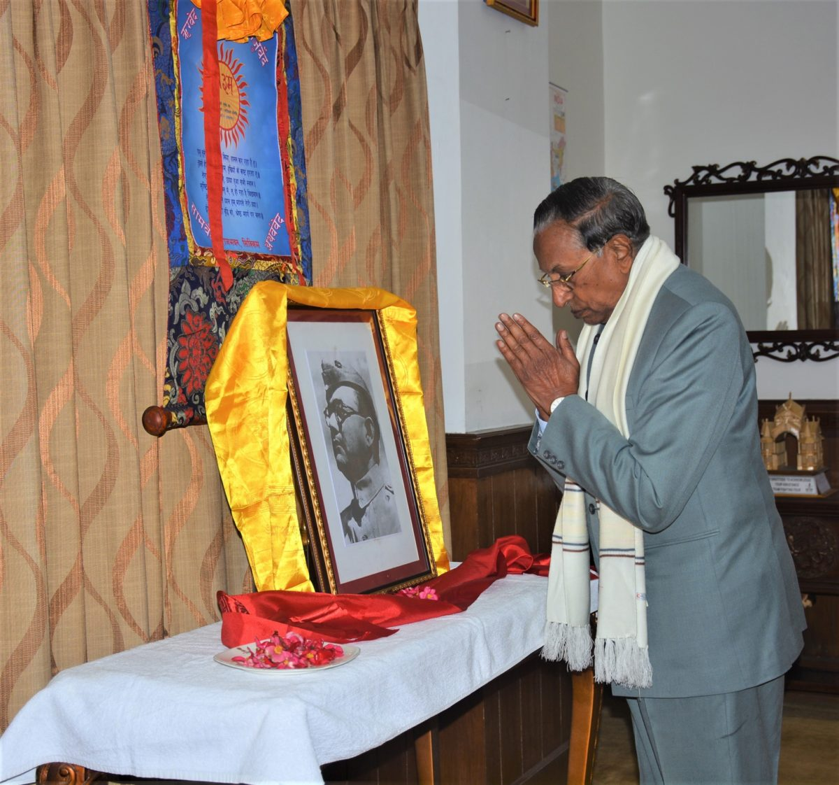 Hon'ble Governor paid floral tribute at the portrait of late Netaji Subhas Chandra Bose