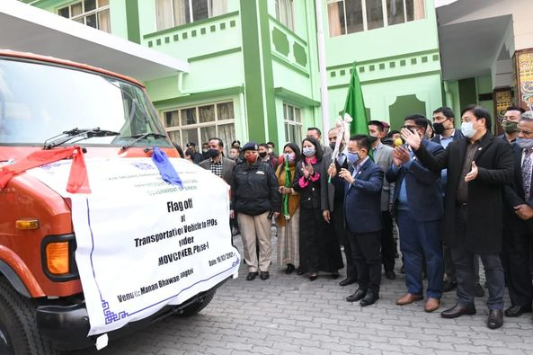 The Hon`ble Chief Minister hands over the vehicle keys to seven FPOs